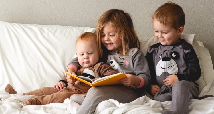 children-reading-together-at-home_t20_JY82Kl (1)