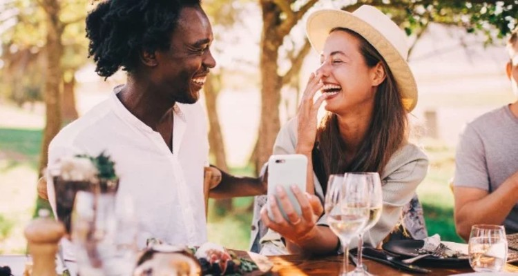 couple-fun-lunch-picnic-wine-together-happy-youth-afro-smartphone_t20_XQAQOz (1)-1