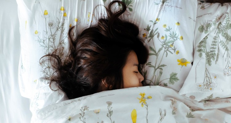 girl-sleep-on-bed-in-the-morning_t20_knVZoX (1)