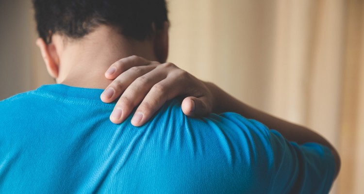 man-patient-suffering-from-back-pain-during-medical-exam_t20_gRyzL7 (1)